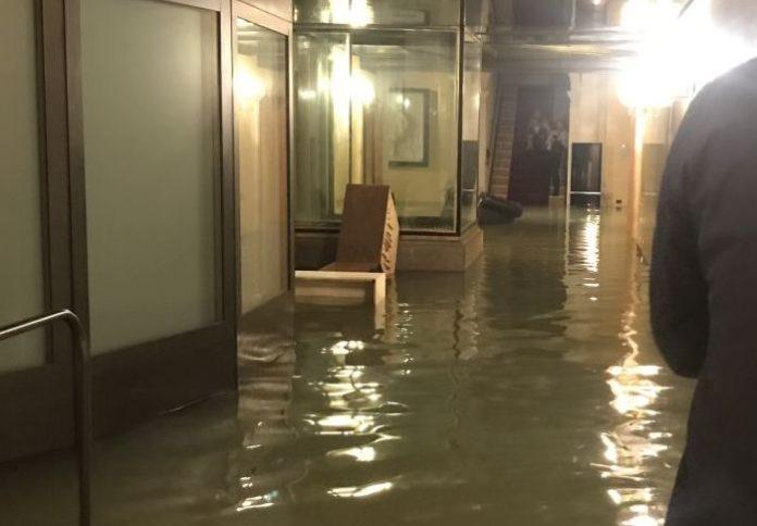 Acqua alta record a Venezia, morte due persone