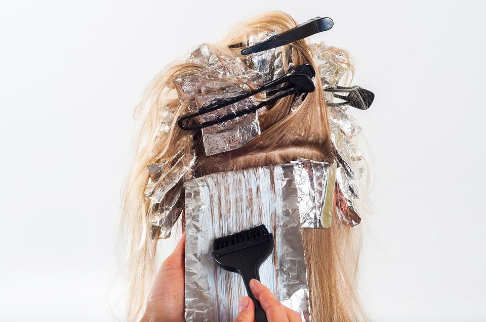 Tinte e liscianti per capelli aumenterebbero il rischio di tumore al seno