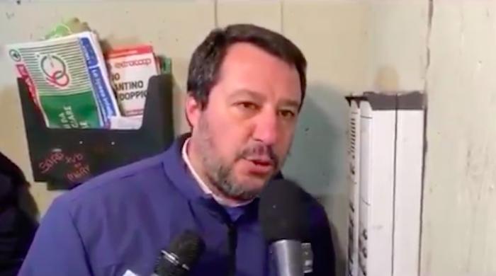 """Salvini a Bologna, """"blitz"""" al citofono in cerca di spacciatori: è polemica"""