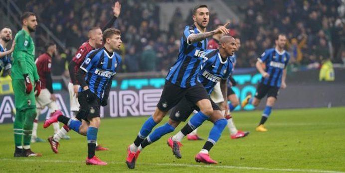 L'Inter vince il derby 4-2 in rimonta e aggancia la Juve in vetta