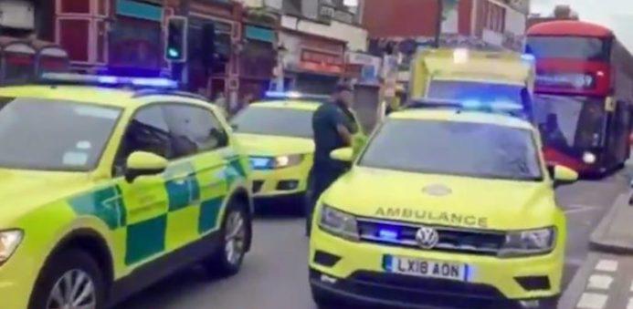 Accoltella due passanti a Londra, ucciso dalla polizia: indagini in corso