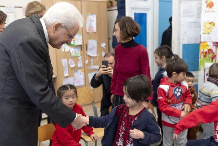 Mattarella visita a sorpresa una scuola di Roma
