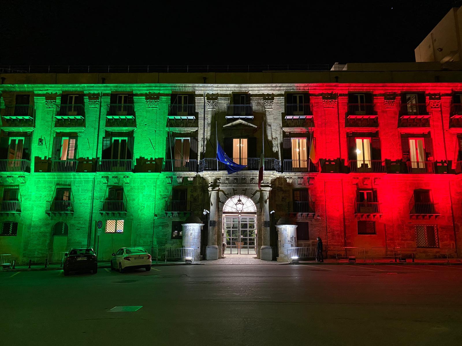 Coronavirus, Palazzo d'Orleans s'illumina di Tricolore