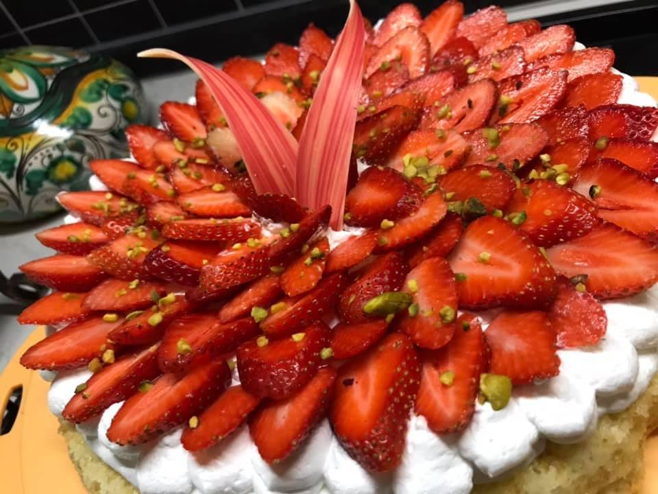 Torta di fragole e fantasia, un dolce trionfo dello chef Ignazio Interrante