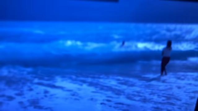 Vittorio Sgarbi travolto dalle onde in Albania, salvato dalla figlia e da un bagnino