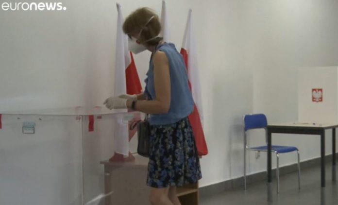 Presidenziali in Polonia, si va verso il ballottaggio tra Duda e Trzaskowski