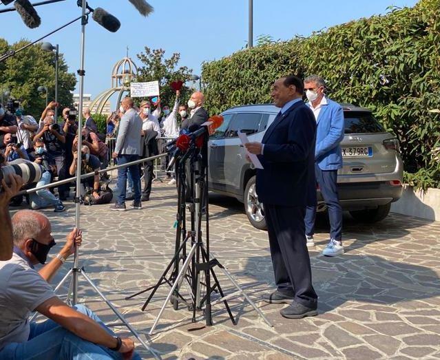 """Berlusconi dimesso dal San Raffaele """"Anche stavolta l'ho scampata"""""""