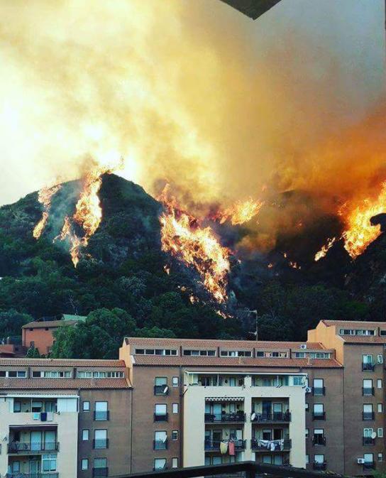 Allarme incendi in Sicilia: evacuato villaggio turistico a Calampiso