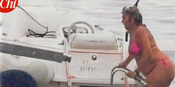 Romina Power al mare con un fisico oversize